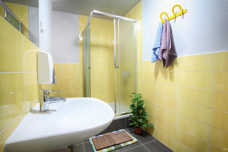1 bed space in 10 beds room in Zagreb (Bedroom #1) Slide-3