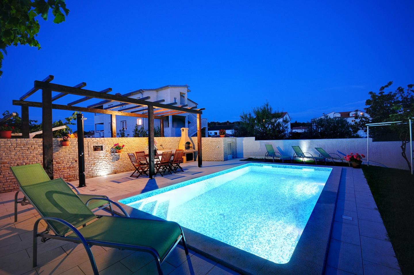 Cozy appartment with pool & garden Slide-1