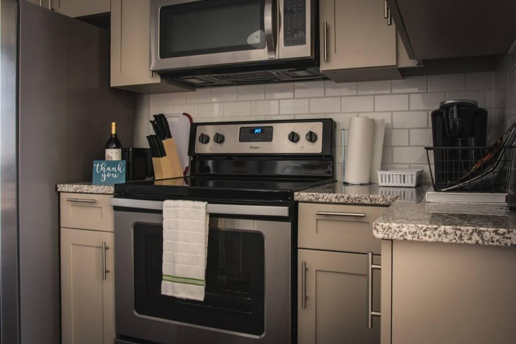 Incredible 1br in Uptown highrise near everything Slide-5