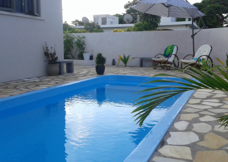 Sunny private First floor 1-br beach apartment with spacious balcony, pool, Wifi
