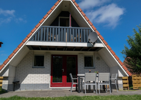 6pers. Waterfront house on a typical dutch canal, by Lauwersmeer