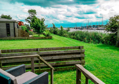 4 pers. Holiday home with lake view in front of the Lauwersmeer