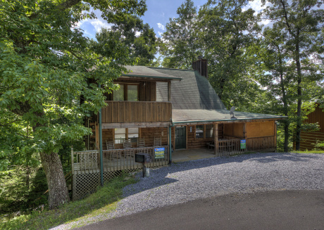 2 Bedroom Cabin Located Close to Gatlinburg and Pigeon Forge with Hot Tub