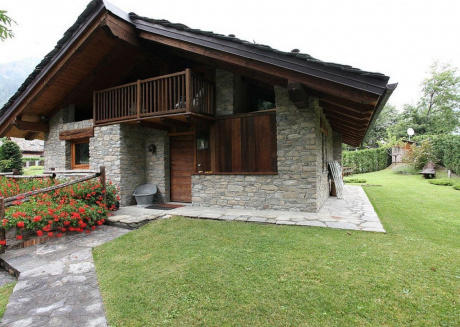 Detached chalet just steps from the slopes.
