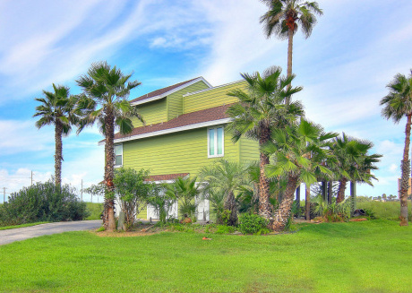 Fabulous 3 bedroom 3 bath home! Beach access and a refreshing community pool!