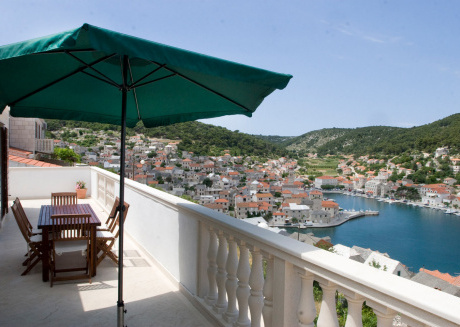 Perfect apartment for families with an overview of Pucisca
