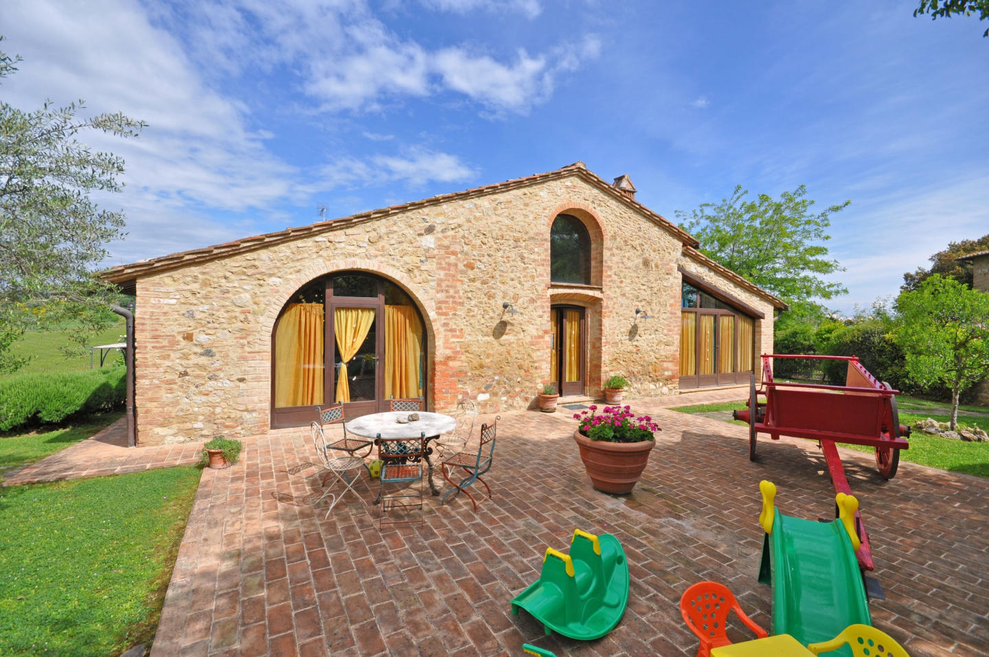 Spacious villa in San Gimignano with Parking, I... Slide-2