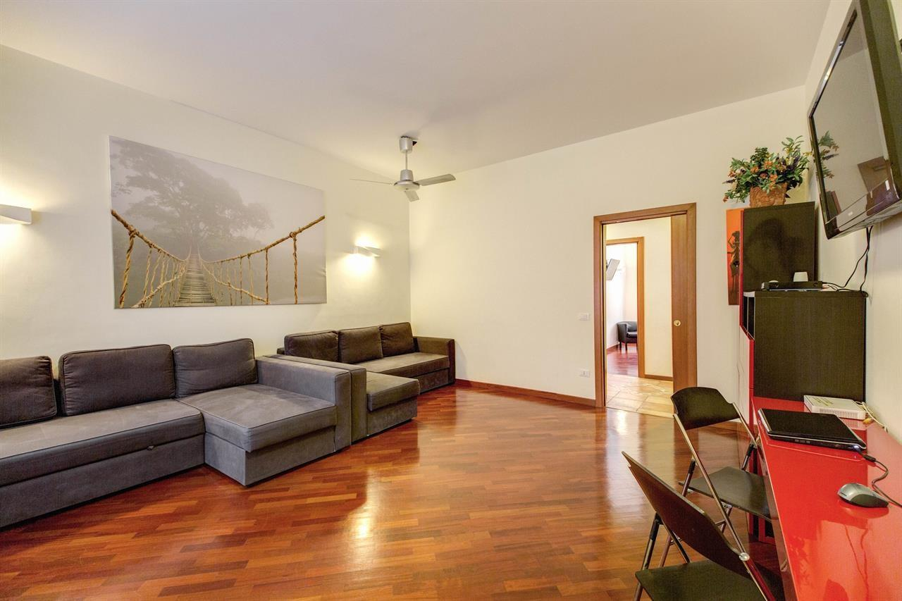 Spacious apartment in Rome with Lift, Internet,... Slide-1
