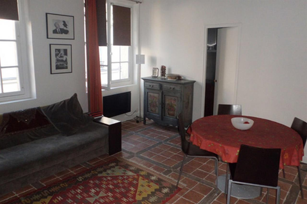 Spacious apartment in the center of Paris with ... Slide-1