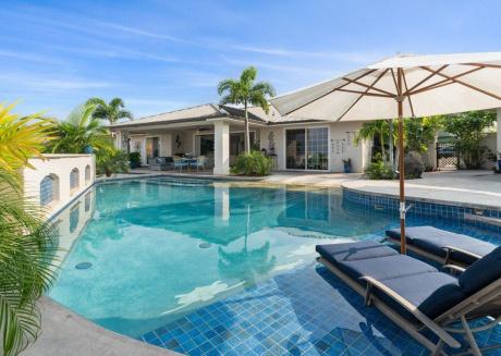 Kona Bubbles: Pristine Luxury 4 bedroom Home with Amazing Pool & Oceanviews!