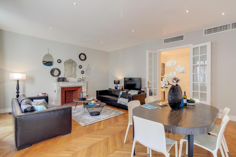 Spacious apartment in Paris Slide-1