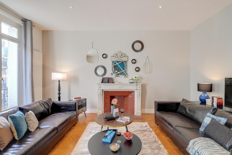 Spacious apartment in Paris Slide-3