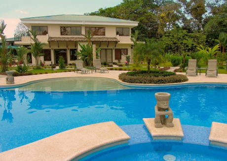 Spacious house very close to the centre of Quepos with Parking, Internet, Air conditioning, Pool