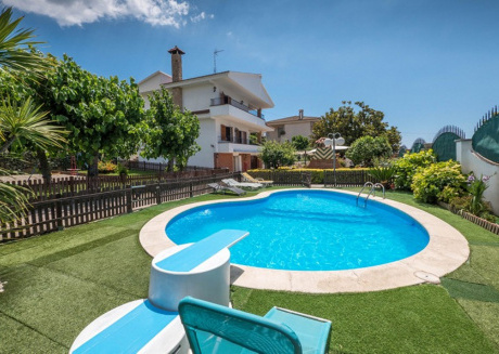 Cozy house very close to the centre of Pineda de Mar with Internet, Washing machine, Pool, Garden