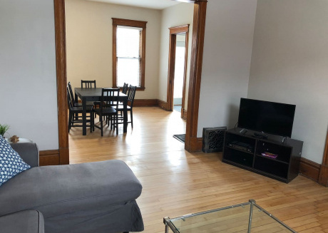 Quiet and close to Uptown   & Downtown!