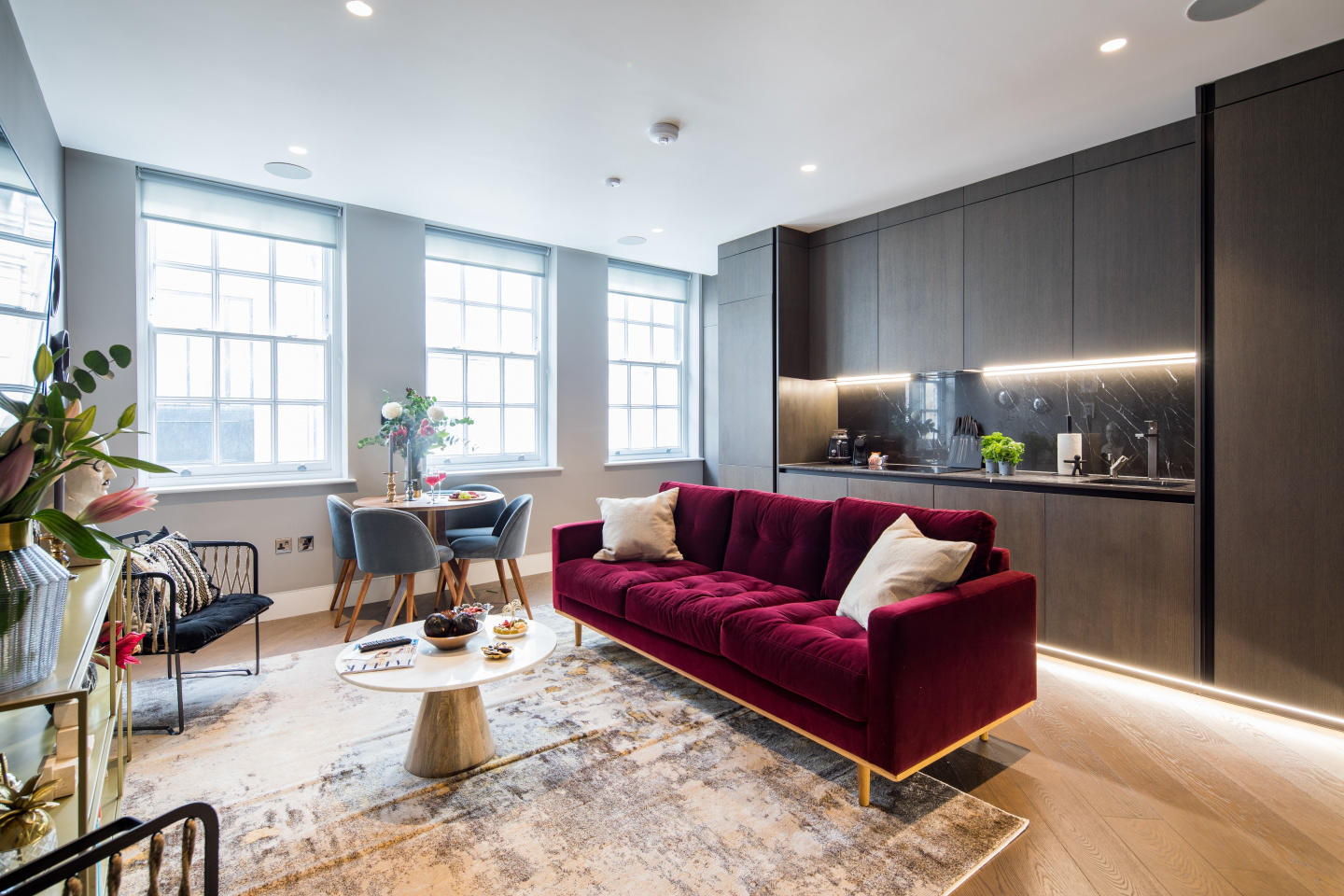 Spacious apartment in the center of London with... Slide-2
