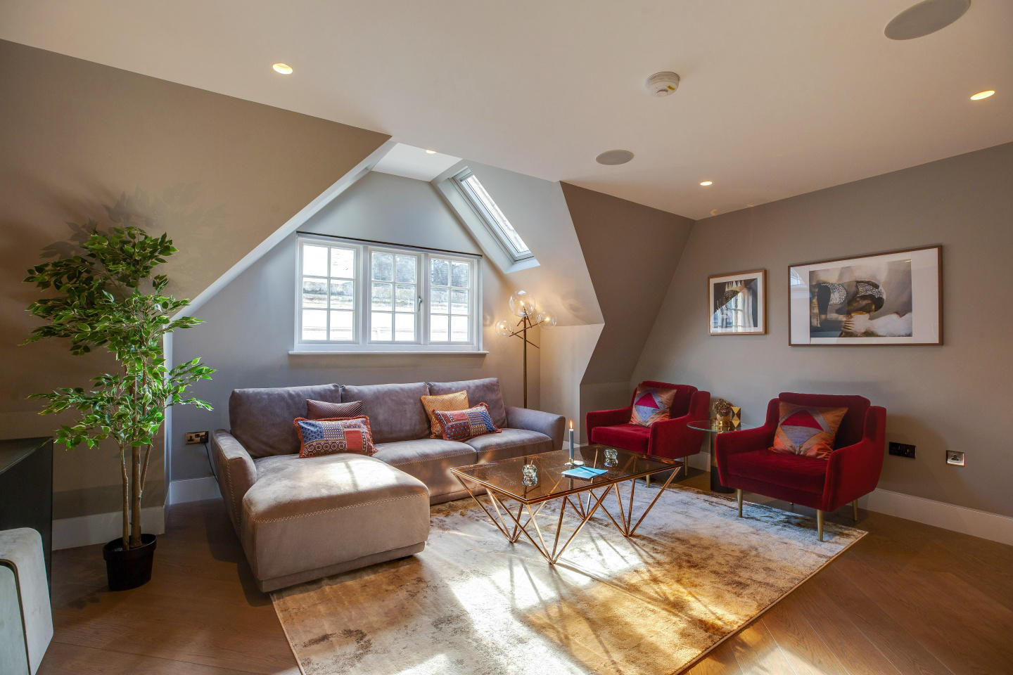 Spacious apartment in the center of London with... Slide-1
