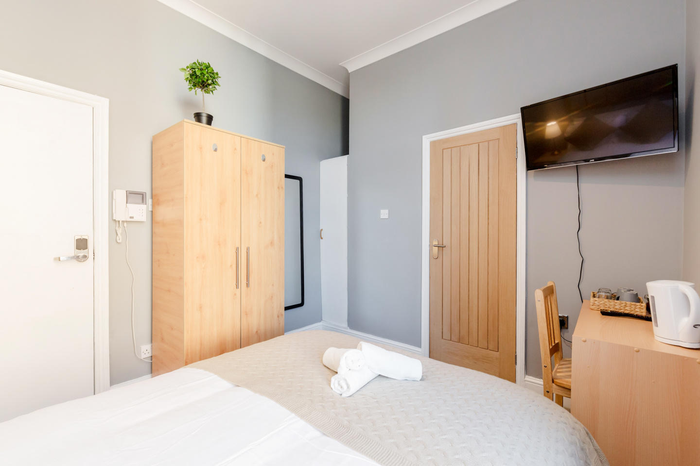 Stylish Big double room with private bathroom j... Slide-3