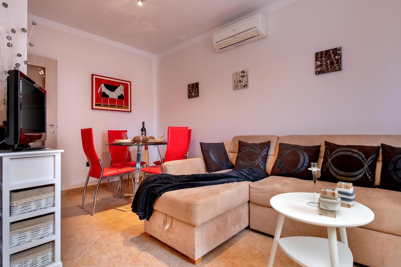 Cozy apartment close to the center of Ližnjan ... Slide-2