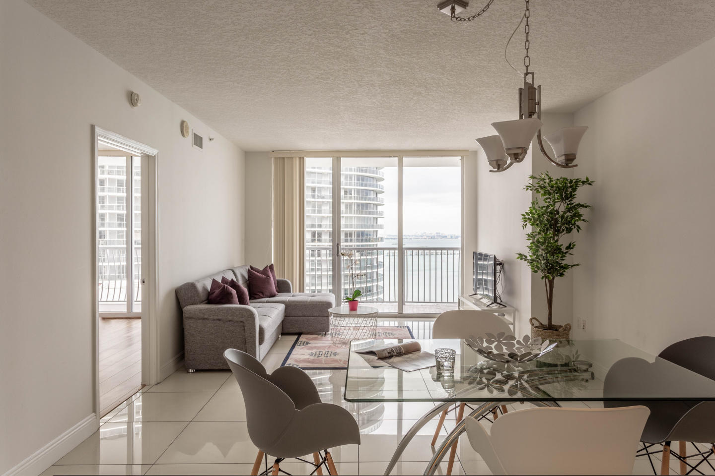 Spacious apartment in Miami with Lift, Parking,... Slide-2
