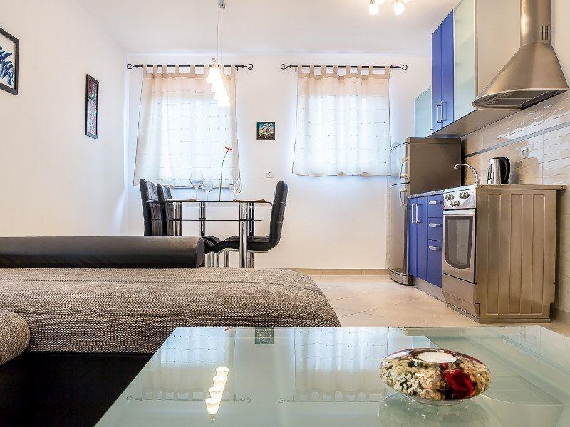 Cozy apartment in the center of Medulin with Pa... Slide-2
