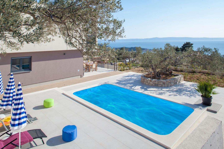Spacious villa close to the center of Makarska ... Slide-1