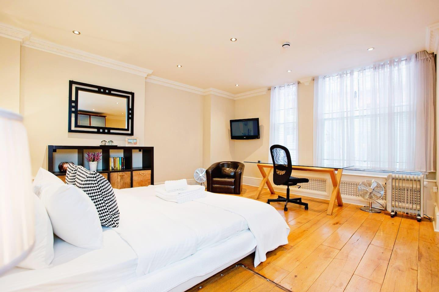 Draycott · Bright 3 Bed Apartment In Chelsea Slide-1