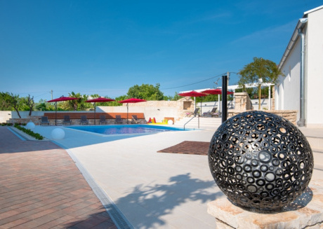 Spacious apartment in the center of Peroj with Parking, Internet, Air conditioning, Pool