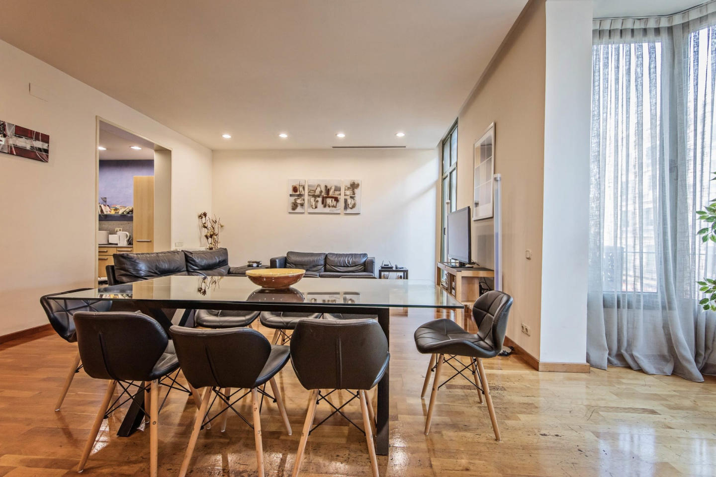 Spacious apartment in the center of Barcelona w... Slide-2