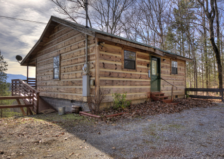 1 Bedroom Romantic, Semi-Private Cabin with Mountain Views and Hot Tub
