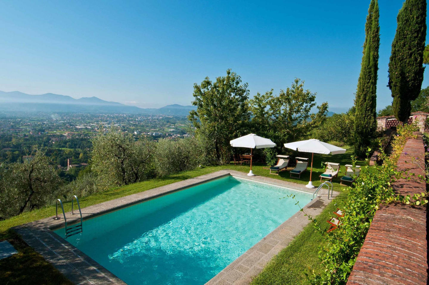 Spacious villa in Lucca with Parking, Internet,... Slide-1