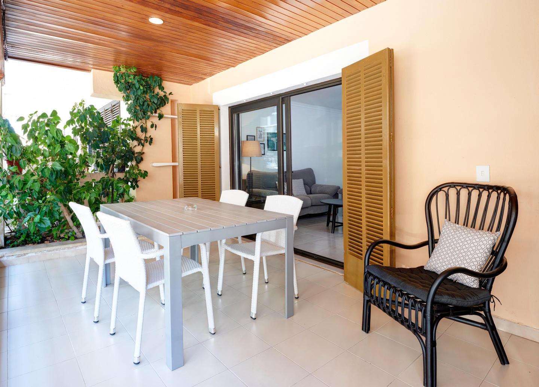 Spacious apartment a short walk away (143 m) fr... Slide-1
