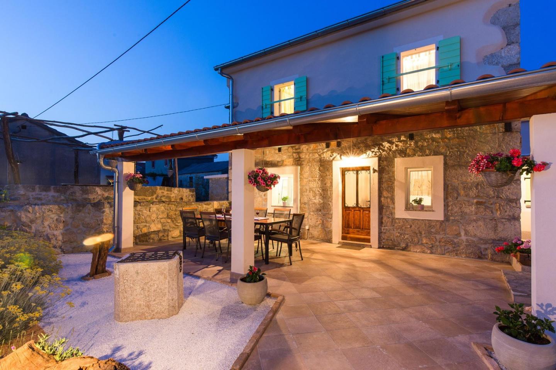 Cozy villa in the center of Milohnići with Par... Slide-3