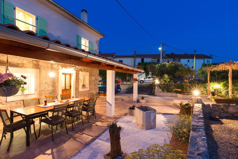 Cozy villa in the center of Milohnići with Par... Slide-1
