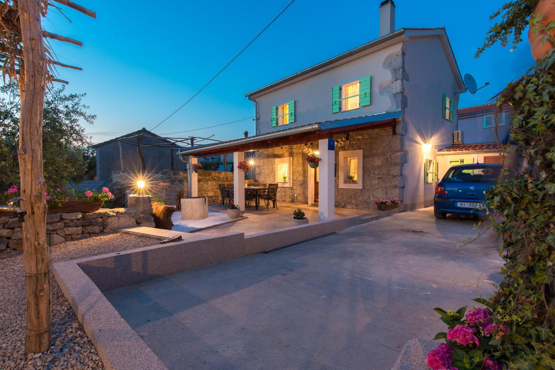 Cozy villa in the center of Milohnići with Par... Slide-2