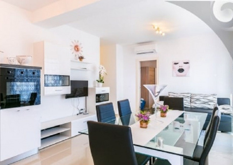 Spacious apartment in the center of Medulin with Parking, Internet, Air conditioning, Pool