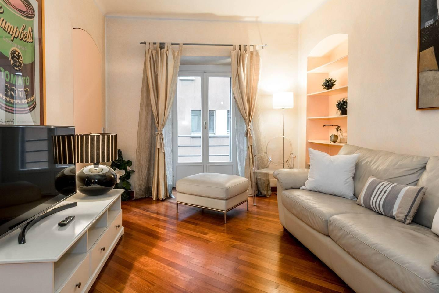 Spacious apartment in the center of Milan with ... Slide-1