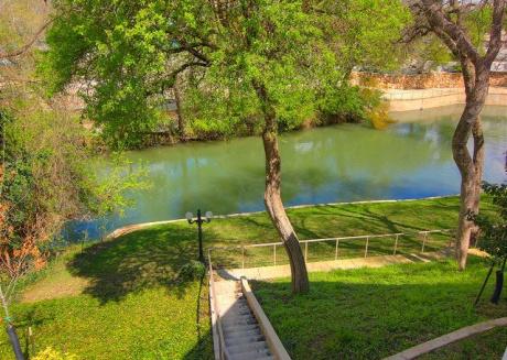 Fabulous 2 bedroom 2 bath on the Comal River! Sleeps 6!