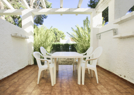Spacious villa in Mont-roig del Camp with Parking, Washing machine, Pool, Garden