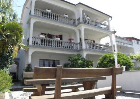 Cozy apartment in the center of Lopar with Parking, Washing machine, Terrace