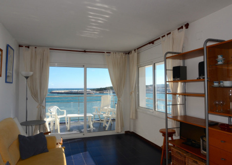 Cozy apartment a short walk away (341 m) from the