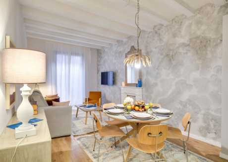 Spacious apartment in the center of Barcelona with Lift, Internet, Washing machine, Balcony