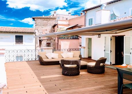 Sleeps 8. Luxury central Spoleto apt with spectacular terrace - car unnecessary