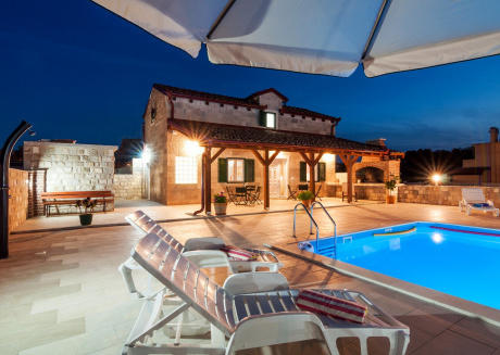 Charming Villa Near Sea, Private Pool, BBQ & WiFi
