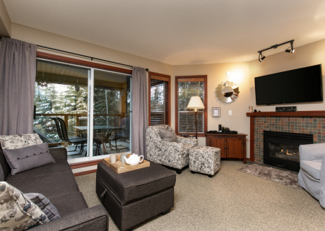 42 Glaciers Reach a 2br with hot tub & pool in Whistler Village