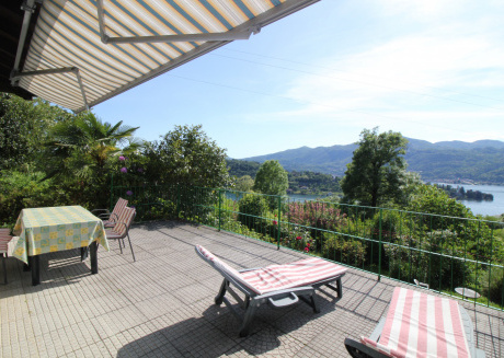 House with lake view and giardino