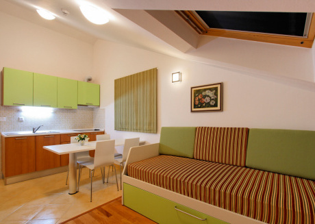 Apartments Marija are140 metres from the sea and small pebble beaches