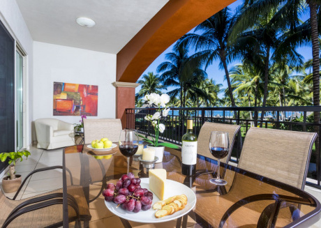 Beachfront 2BR, spacious balcony, Playa Royale 2206