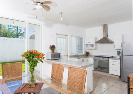 Casa Blanca -Townhouse with shared pool, close to beach. 2BR + Den
