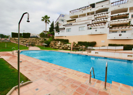 Flores de Riviera - Modern 2BR Penthouse with Roof Solarium, BBQ and Swimming Pool